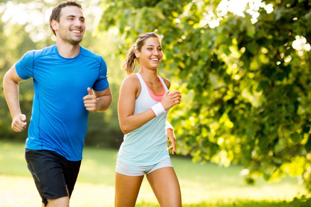 有酸素運動を行う男女